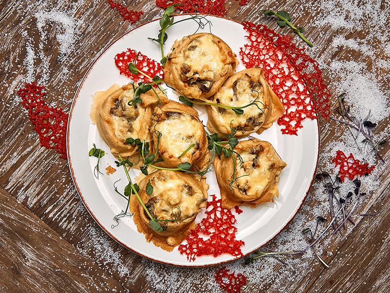 Блинчики с курицей и грибами запеченные под сыром