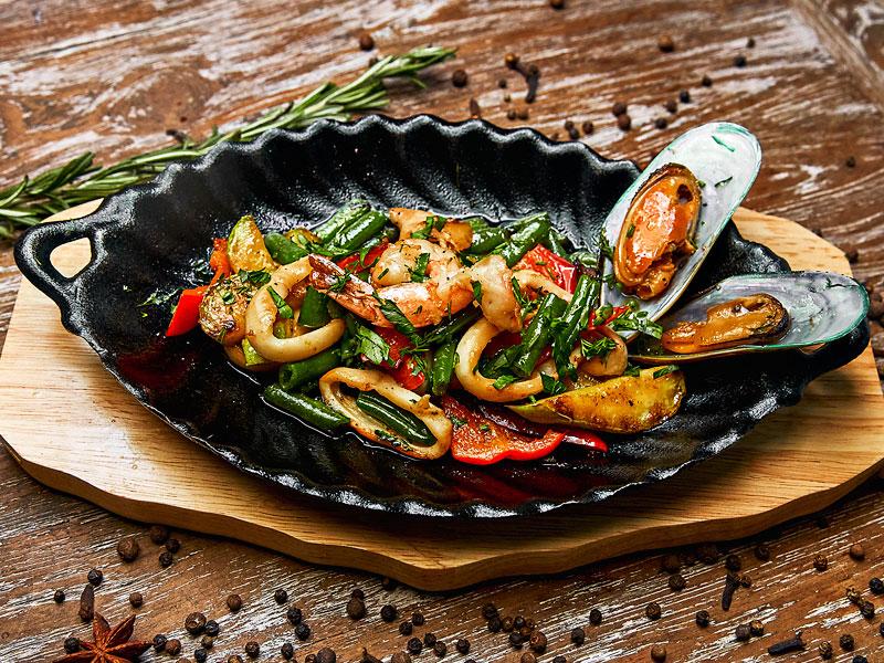 Горячая сковородка с морепродуктами